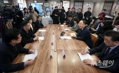 홍남기, 신종 코로나바이러스 관련 명동 소상공인 실태 점검 간담회
