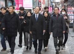 홍남기, '신종 코로나 관련 명동 소상공인 상점들 경제현장 실태 점검'