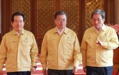 문 대통령, 정세균 총리로부터 '코로나19 대응' 긴급보고