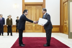 문 대통령, 중국·일본대사에게 신임장 받고 '경제 협력' 강조