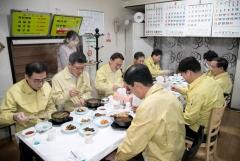 강임준 군산시장과 간부공무원, 지역 경제 활성화 동참