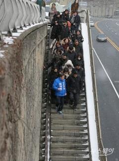영화 '기생충' 촬영지 자하문터널 계단 둘러보는 이낙연