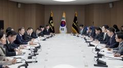 """청와대 """"코로나19 관련 경제계 건의 전폭적 수용"""""""