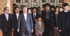 문 대통령, 영화 '기생충' 출연진과 '짜파구리'…영화산업 지원 약속