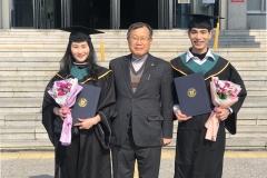 원광대 박맹수 총장, 학교 방문한 졸업생들과 기념촬영