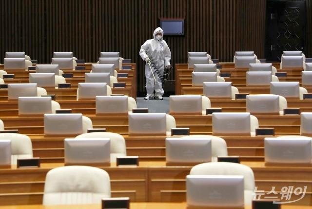 폐쇄된 국회 본회의장 방역