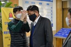인천시교육청 현관 입구에서 발열체크를 받고 있는 도성훈 교육감