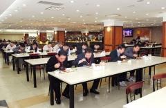 [NW포토] SK건설, 코로나19 예방 위해 일렬로 식사
