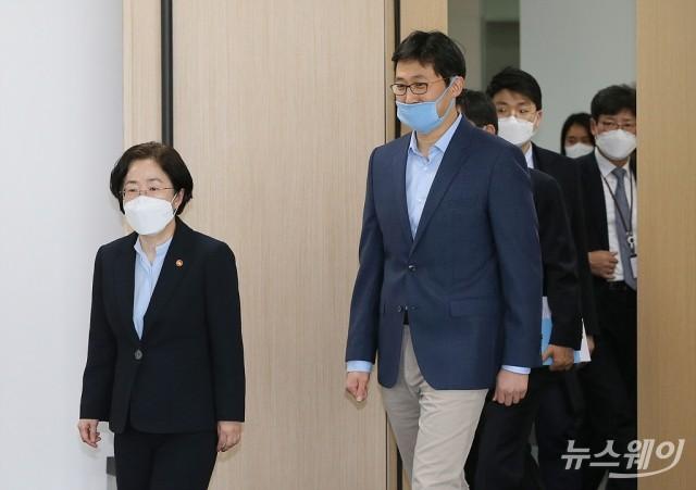 함께 들어서는 조성욱 공정위원장과 김범석 쿠팡 대표