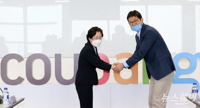 김범석 쿠팡 대표와 손 잡은 조성욱 공정거래위원장