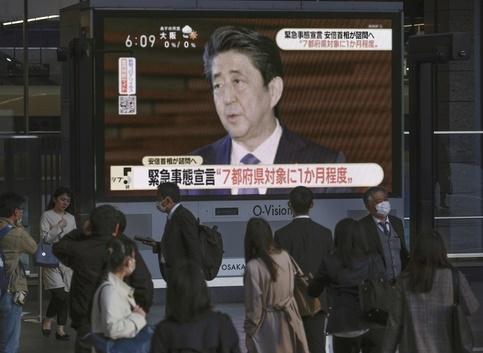 """아베, 경제 걱정하다 감염 급증에 긴급사태…""""너무 늦었다"""""""