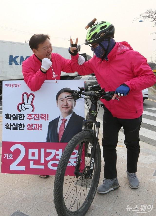 동문 만나 '화이팅' 외치는 연수을 민경욱 후보