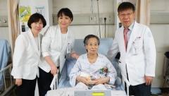 현대유비스병원 이성호 병원장, '어버이날 카네이션 달아드리기' 동참