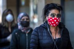 마스크 착용 속 상점 문 다시 여는 유럽…재확산 우려도