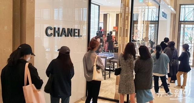 [NW포토]'샤넬 대란' 가격인상 소식에 '오픈런'까지…'샤넬 공식 발표 없어'