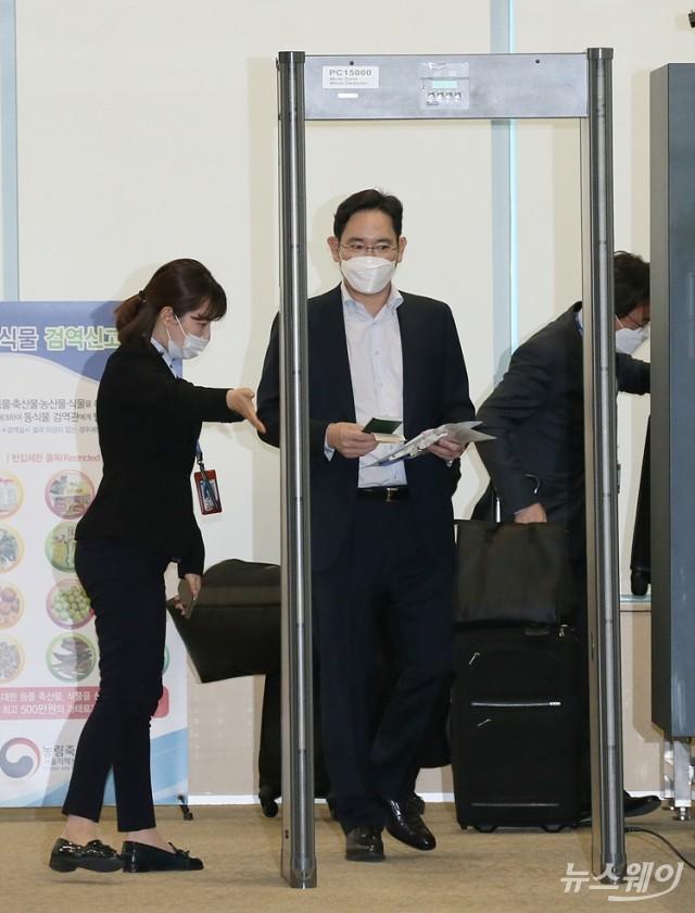 [NW포토]보안검색대 지나는 이재용 부회장
