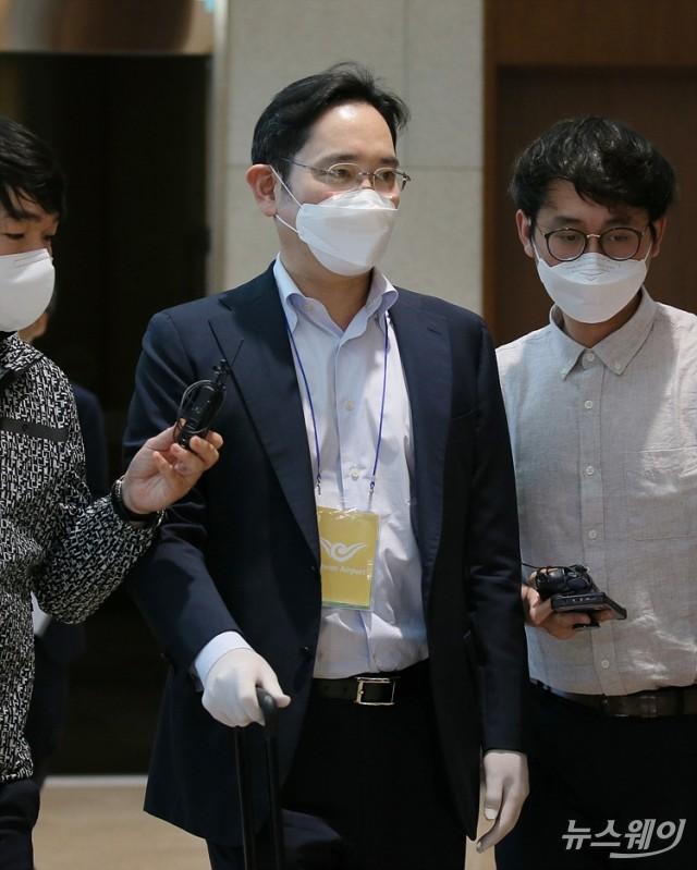 [NW포토]취재진의 질문받는 이재용 삼성전자 부회장
