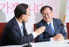 '여야 원내대표회동' 대화하는 주호영-김태년