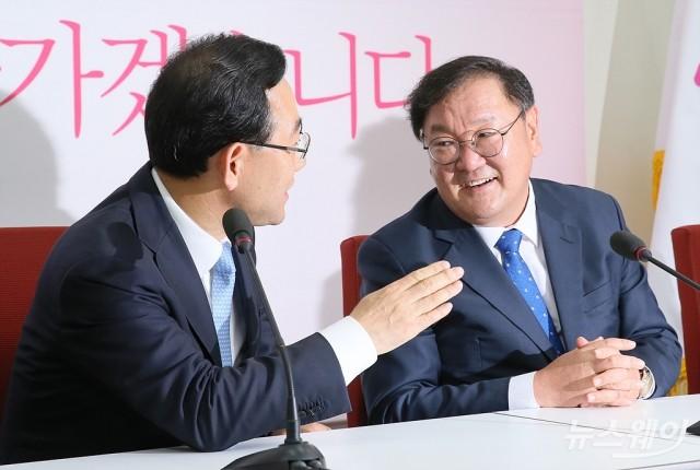 [NW포토]'여야 원내대표회동' 대화하는 주호영-김태년
