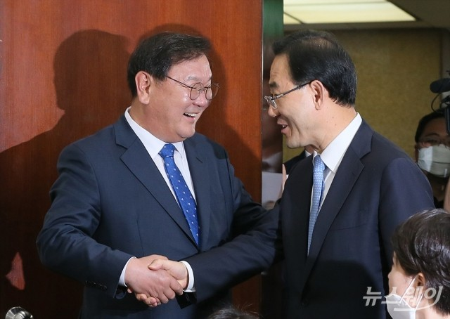 [NW포토]악수하는 김태년 -주호영 원내대표