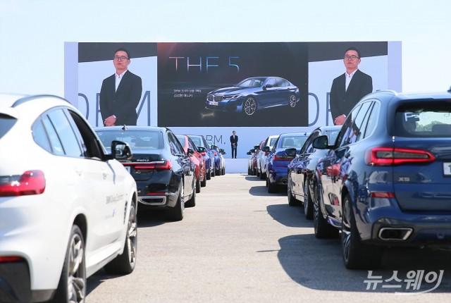 [NW포토]BMW 뉴 5·6시리즈 공개…코로나19 여파로 '드라이브스루'행사로 진행