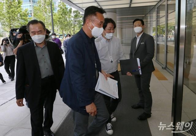 [NW포토]한국타이어 지주사 '한국테크놀로지그룹'에 강제집행 나선 법원관계자