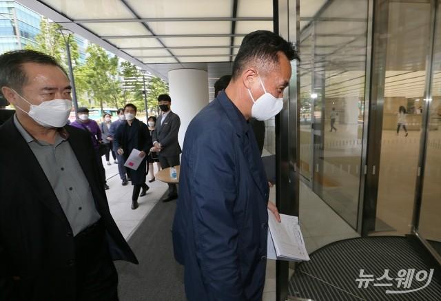 [NW포토]강제집행 위해 '한국테크놀로지그룹' 본사 들어서는 법원관계자
