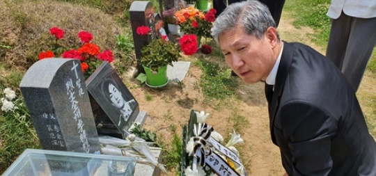 노태우 장남 재헌 씨, 5·18묘지 참배…아버지 이름으로 헌화