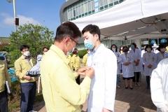 김철우 보성군수, 코로나19 대응 의료진에 '덕분에 배지' 전달