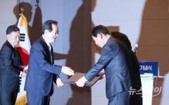 금탑산업훈장 수여받는 노석순 원영건업 대표