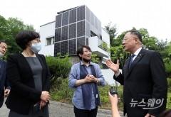 """홍남기 """"공공건축물도 제로 에너지화 과감히 추진해야"""""""