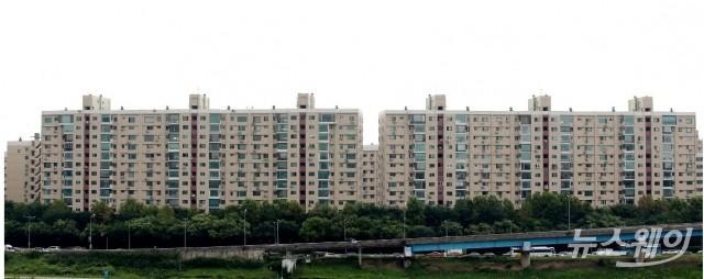 [팩트체크]文정부 이후 서울 아파트 값 상승···'52%vs14%' 진실은?