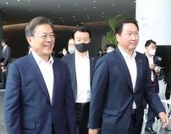 """최태원 SK 회장 """"소부장 협력사 돕겠다""""···문  대통령, SK 중요성 언급"""