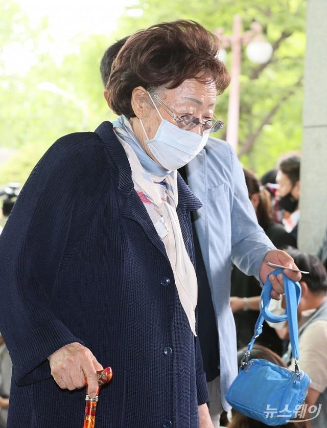 故 박원순 서울시장 빈소 들어서는 이용수 할머니