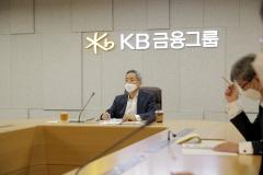'역대 금융권 4번째 3연임 CEO' 윤종규의 과제는?