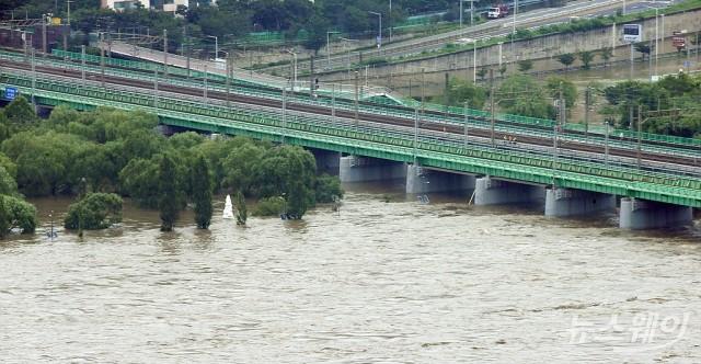 한강수위 상승으로 '아슬아슬' 한강철교와 침수된 한강공원