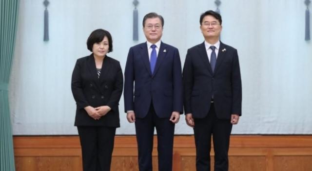문 대통령, 윤종인 초대 개인정보보호위원장에 임명장 수여