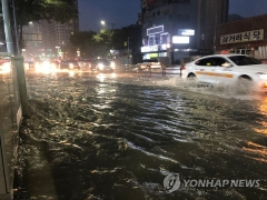 시간당 60㎜ 물 폭탄 부산…침수 피해 속출