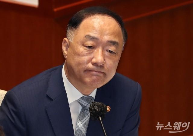 재임 660일 넘기는 홍남기…역대 두 번째 長壽 기재부 장관 된다