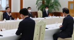 민주당 지도부, 문재인 만나 '통신비 일괄 지원' 등 협의