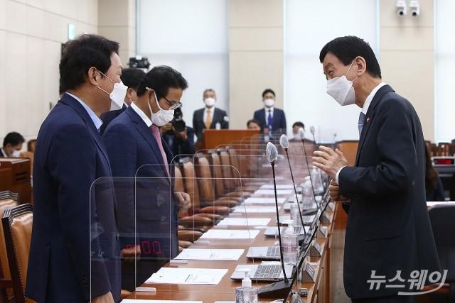 [NW포토]박완수 국민의힘 간사와 대화하는 진영 행안부 장관