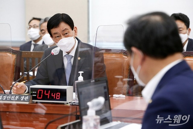 [NW포토]의원의 질의에 답하는 진영 행정안전부 장관