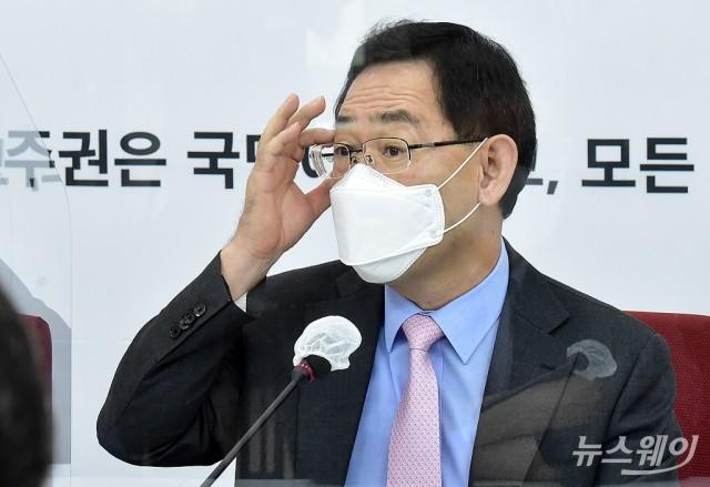 [NW포토]안경 고쳐쓰는 주호영 원내대표