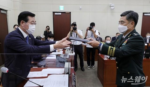 [NW포토]선서문 전달하는 서욱 국방부장관 후보자
