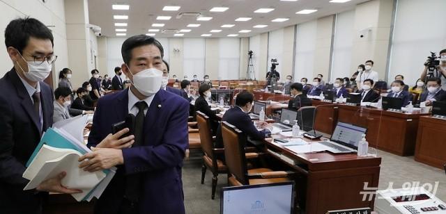 [NW포토]홍영표 '쿠데타 세력' 발언에 장군 출신 신원식 의원 항의·퇴장