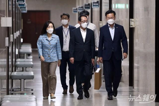 [NW포토]기자회견위해 이동하는 국민의힘 법사위 의원들