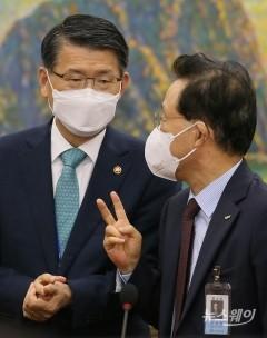 은성수 금융위원장과 대화하는 윤대희 신용보증기금 이사장