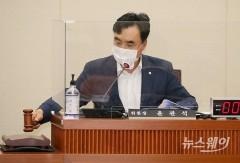 정무위 전체회의 주재하는 윤관석 위원장