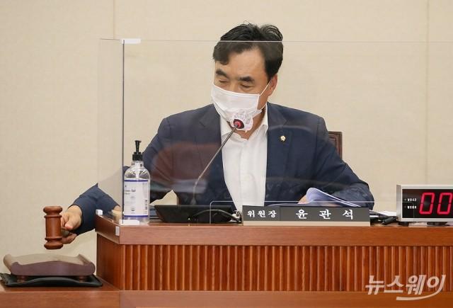 [NW포토]정무위 전체회의 주재하는 윤관석 위원장