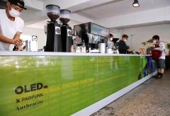 LG디스플레이, 투명 OLED로 이태원·합정동 밝힌다